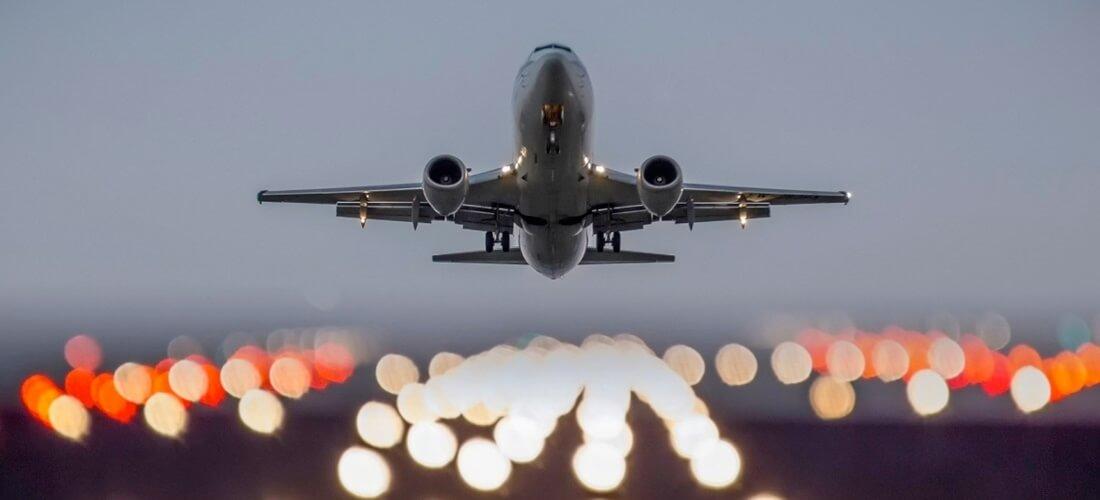Aerolíneas afrontan multas y retirada de licencias si incumplen nuevas medidas de EE.UU.