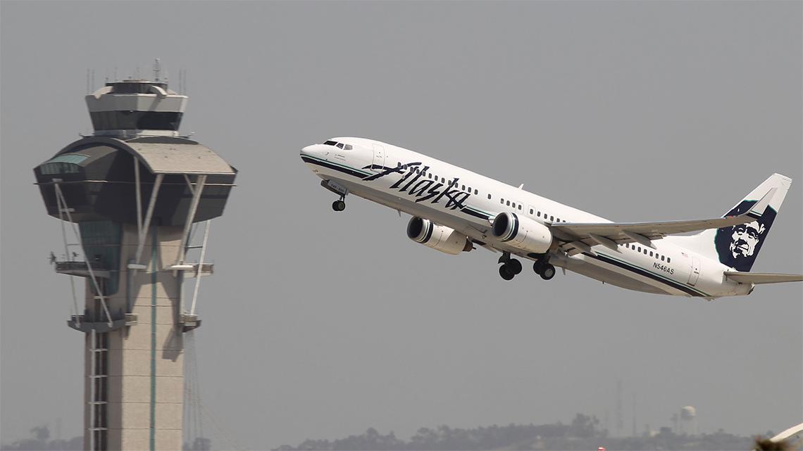 El FBI busca al hombre que voló en un jetpack cerca del aeropuerto de Los Ángeles