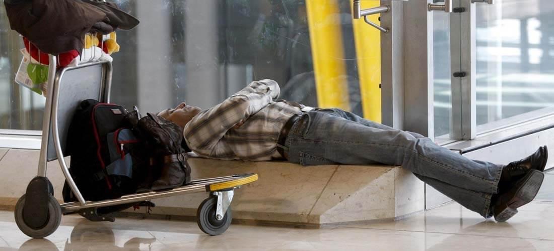 Las posturas más ¿cómodas? para dormir en los aeropuertos