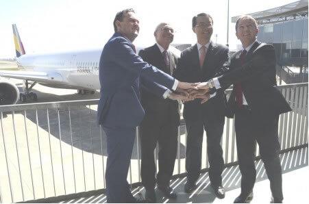 De izquierda a derecha: Ewen McDonald (Rolls-Royce), Didier Evrard (Airbus), Soo Cheon Kim (Asiana), y Peter Barrett (SMBC Aviation Capital) tras la ceremonia de entrega del primer A350 de Asiana