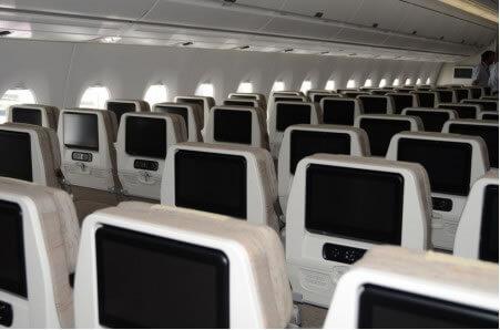 En clase turista premium y turista los pasajeros cuentan con pantallas de 11 pulgadas y dos enchufes eléctricos por cada tres asientos.