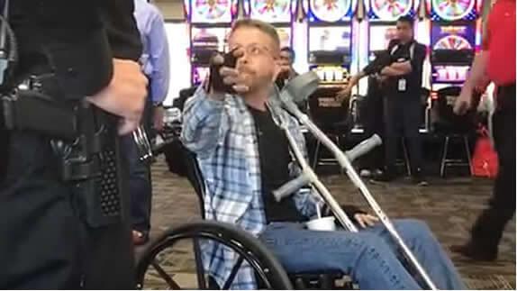 Un hombre insulta y golpea a otro en un aeropuerto de EE.UU. por hablar español con su madre - VIDEO